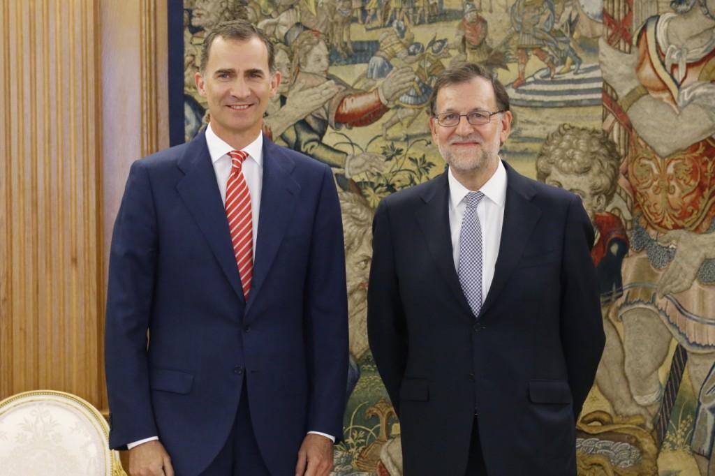 Su Majestad el Rey con Mariano Rajoy representante del Partido Popular (PP)